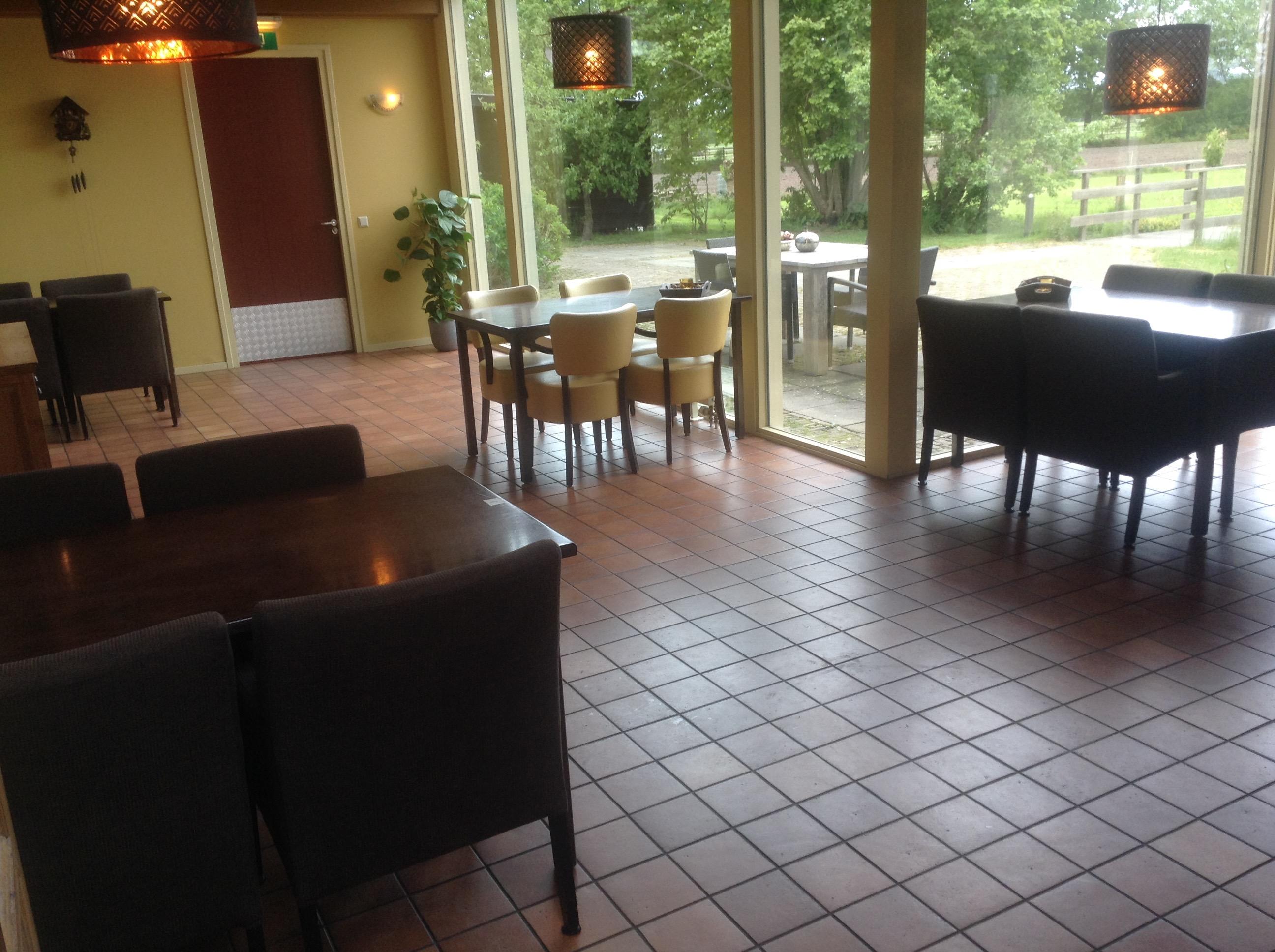 Gezamenlijke ruimte met 4 tafels voor 4 personen op 1,5 meter